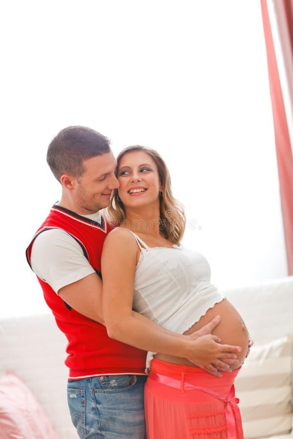ее обнимая женщина tummy супруга супоросая стоковое фото rf