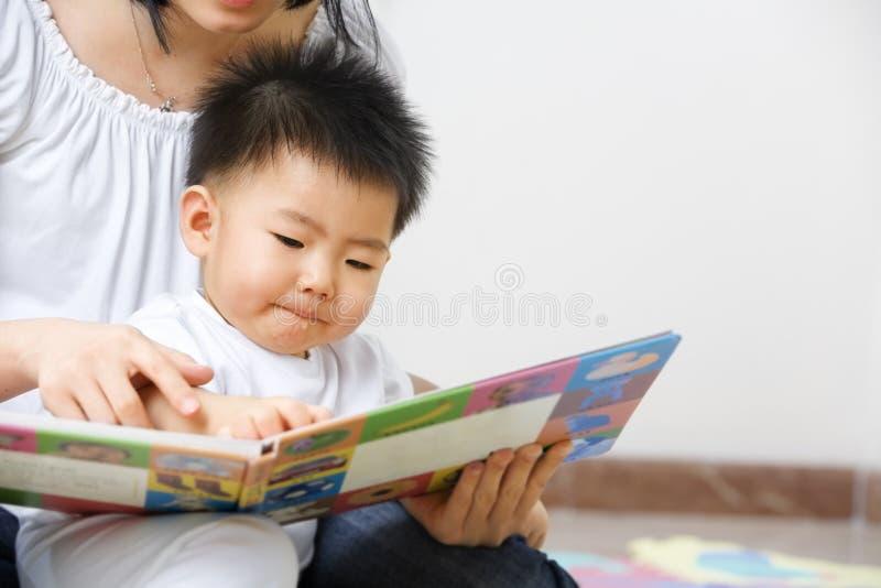 ее обучение сынка мати стоковые фотографии rf