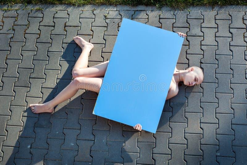 лежа женщина выстилки стоковое фото rf