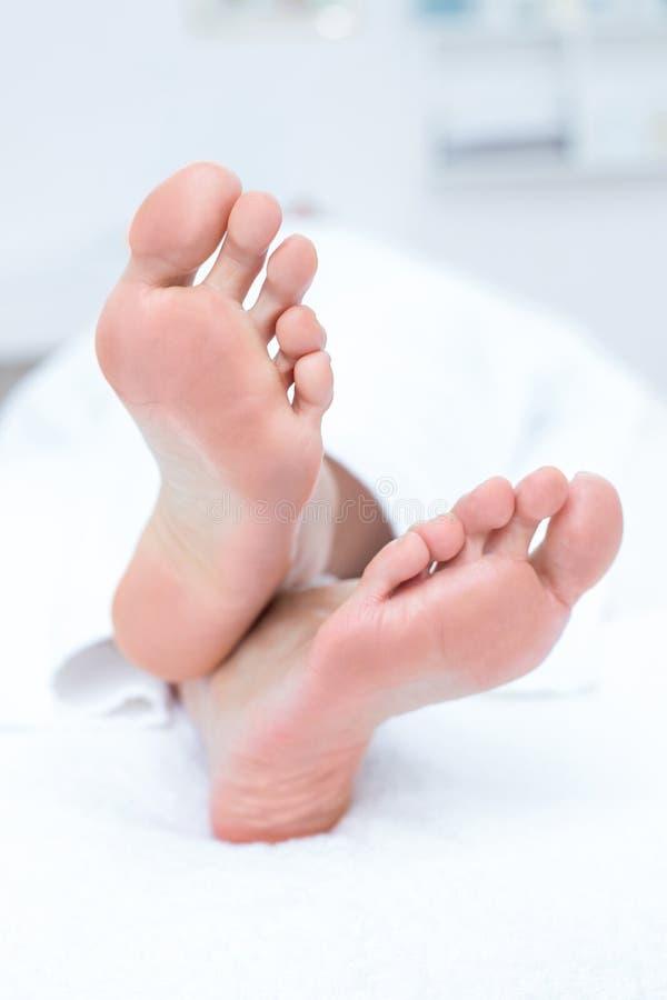 лежа женщина таблицы массажа стоковые изображения