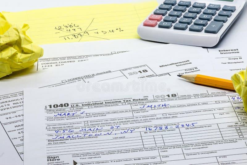 Ежегодная задача подготовки налоговой декларации стоковое фото
