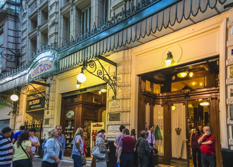 Ежедневная длинная очередь вне кафа Tortoni Эта популярная кофейня, торже стоковое фото rf