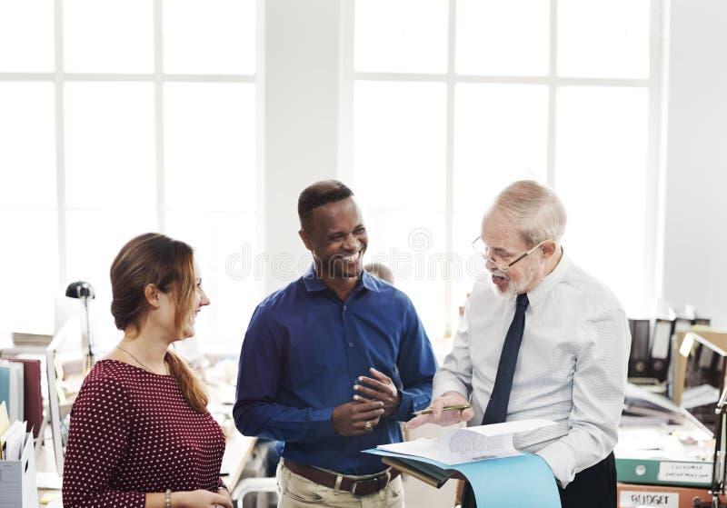 Ежедневная жизнь бизнесменов на офисе стоковая фотография rf