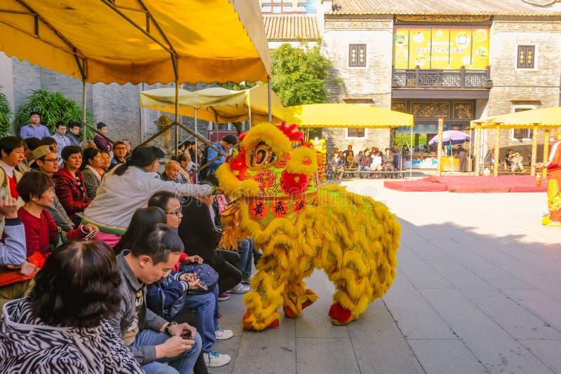 Ежедневное китайское шоу танца льва с туристом насладиться шоу в Wong Fei-повиснуло мемориальный Hall Фарфор города Foshan стоковая фотография rf