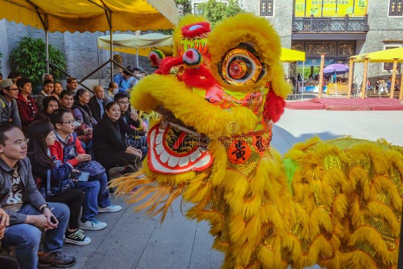 Ежедневное китайское шоу танца льва с туристом насладиться шоу в Wong Fei-повиснуло мемориальный Hall Фарфор города Foshan стоковые фото