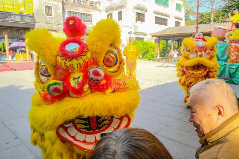Ежедневное китайское шоу танца льва с туристом насладиться шоу в Wong Fei-повиснуло мемориальный Hall Фарфор города Foshan стоковое изображение