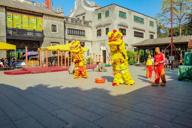 Ежедневное китайское шоу танца льва с туристом насладиться шоу в Wong Fei-повиснуло мемориальный Hall Фарфор города Foshan стоковые изображения rf