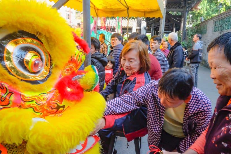 Ежедневное китайское шоу танца льва с туристом насладиться шоу и даться подсказкой в Wong Fei-повиснуло мемориальный Hall Фарфор  стоковое фото rf