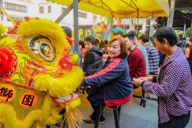 Ежедневное китайское шоу танца льва с туристом насладиться шоу и даться подсказкой в Wong Fei-повиснуло мемориальный Hall Фарфор  стоковое фото