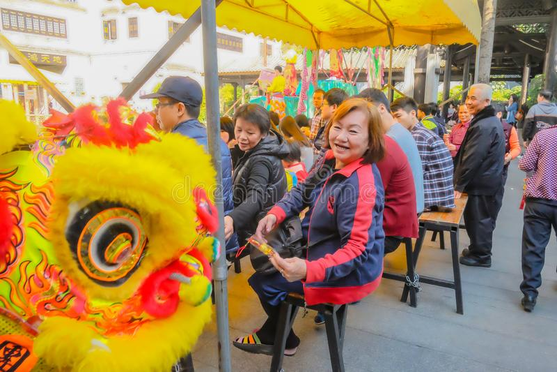 Ежедневное китайское шоу танца льва с туристом насладиться шоу и даться подсказкой в Wong Fei-повиснуло мемориальный Hall Фарфор  стоковая фотография