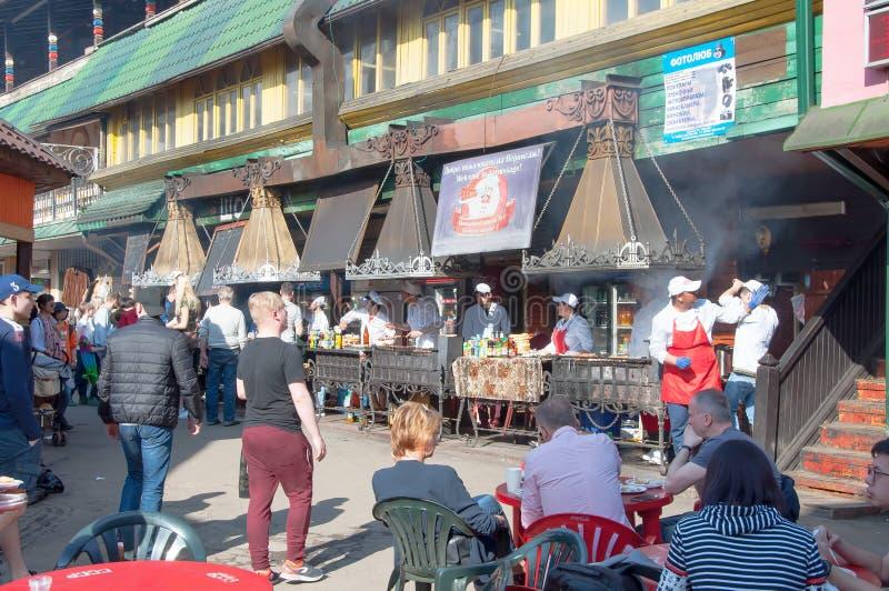 Ежедневный блошинный вполне людей в Izmailovo Кремле, людях в местных закусочных стоковое изображение rf