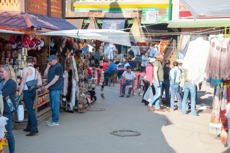 Ежедневный блошинный вполне людей в Izmailovo Кремле, толпе туристов идет ходить по магазинам стоковая фотография rf