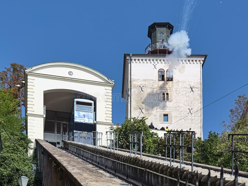 Ежедневный карамболь снятый в полдень от башни Lotrscak в Загребе, Хорватии стоковое фото rf