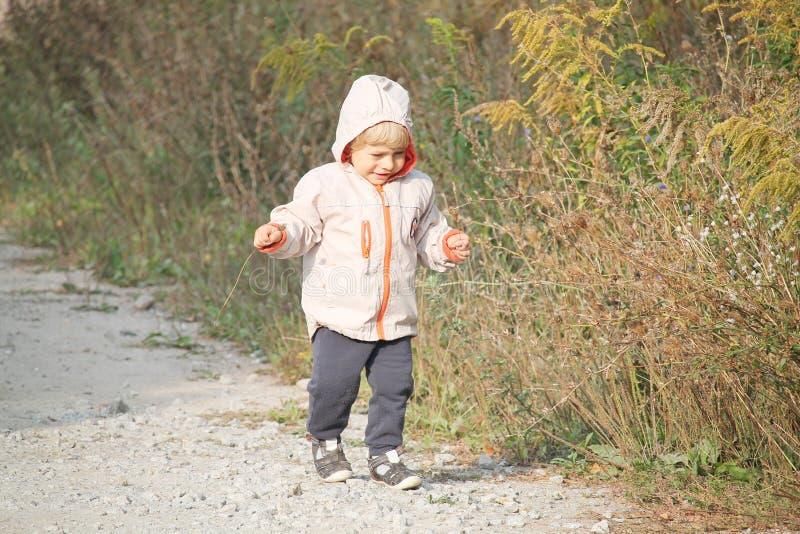 Ежедневная прогулка - ребёнок и сельская местность стоковое фото rf