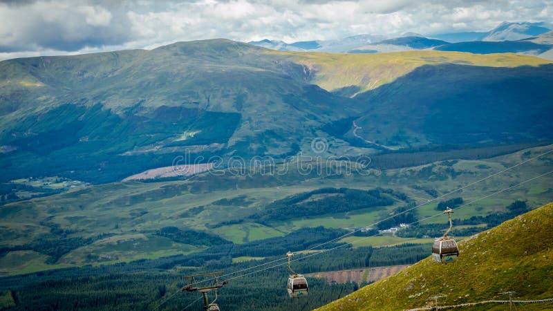 Езда гондолы или езда фуникулера на Mor Aonach, Невисе выстраивают в ряд, северо-запад Шотландии стоковое фото