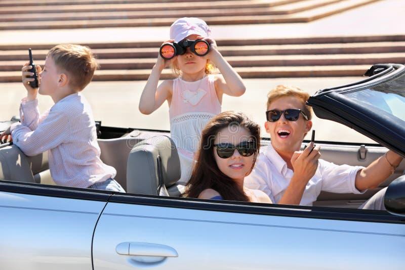 езда мати отца детей автомобиля стоковые фото