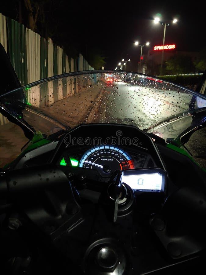 Езда ночи с моим мотоциклом стоковое изображение rf
