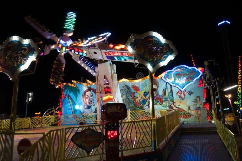 езда парка ночи занятности стоковое изображение