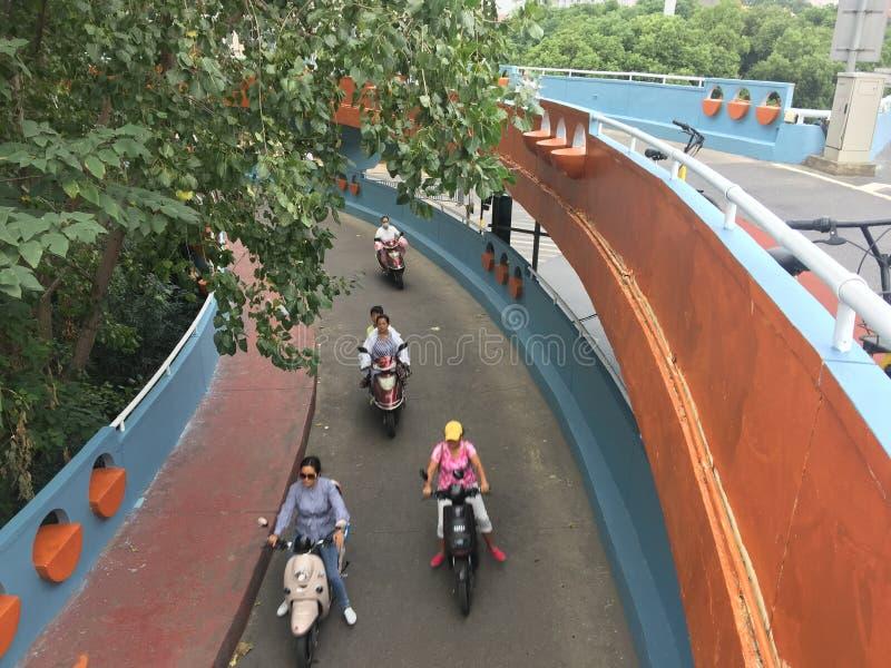 Езда пешеходов через мост подхода стоковые фотографии rf