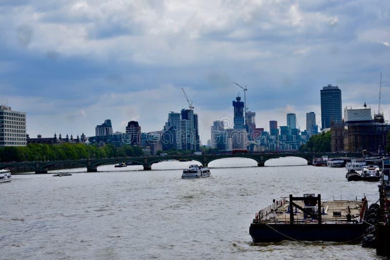Езда прогулочного катера на Реке Темза стоковое фото rf