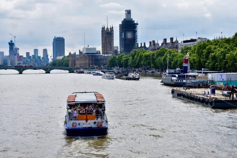 Езда прогулочного катера на Реке Темза стоковое изображение rf