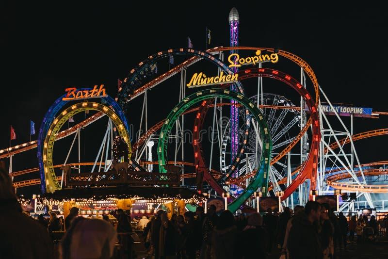 Езда русских горок Мюнхена закрепляя петлей на стране чудес зимы, ежегодной ярмарке рождества в Лондоне, Великобритании стоковое фото rf