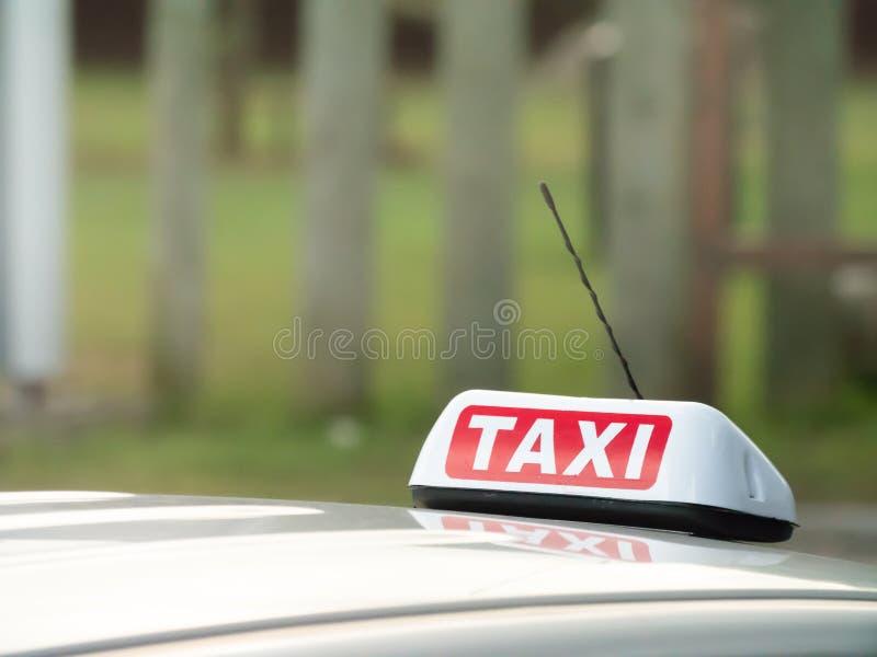 Ездите на такси знак и установленное антенной ontop автомобиля с отражением внутри стоковая фотография