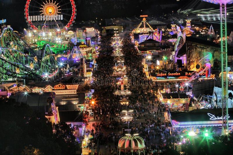 Езды Oktoberfest на ноче стоковые изображения rf