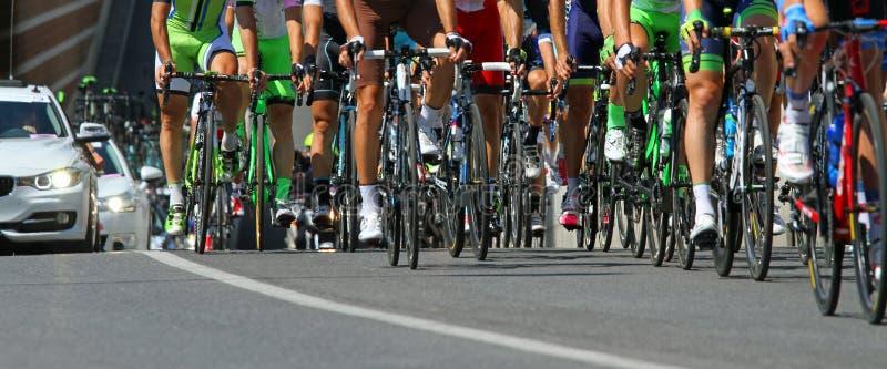 Езда велосипедистов с усталостью во время гонки стоковое фото
