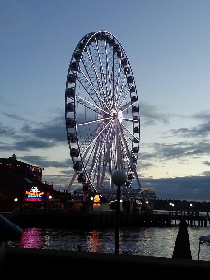 Езда колеса Ferris захода солнца стоковое изображение rf