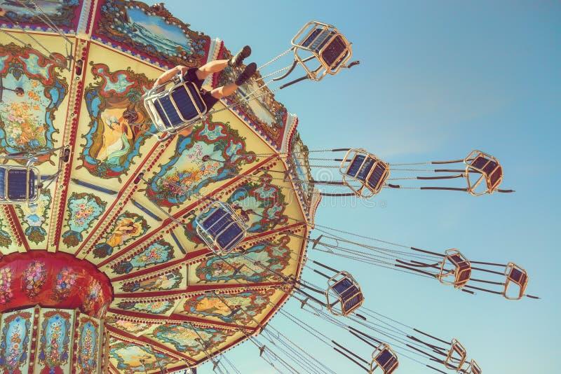 Езда свингера волны против голубого неба стоковая фотография