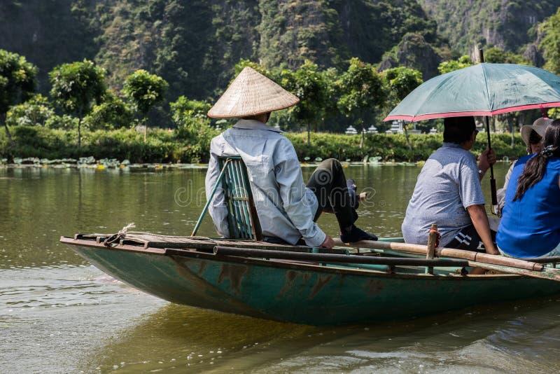 Езда шлюпки в Tam Coc стоковые фотографии rf