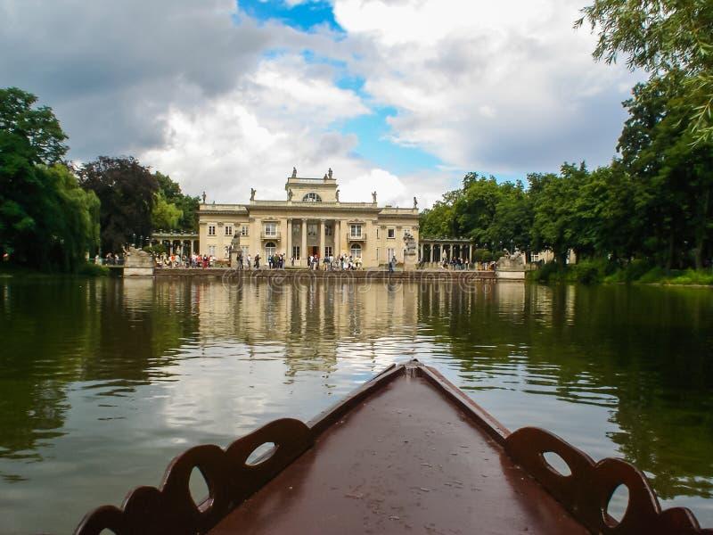 Езда шлюпки на озере в парке стоковое изображение