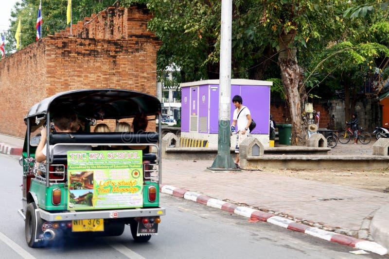 Езда tuk Tuk на дороге стоковое изображение