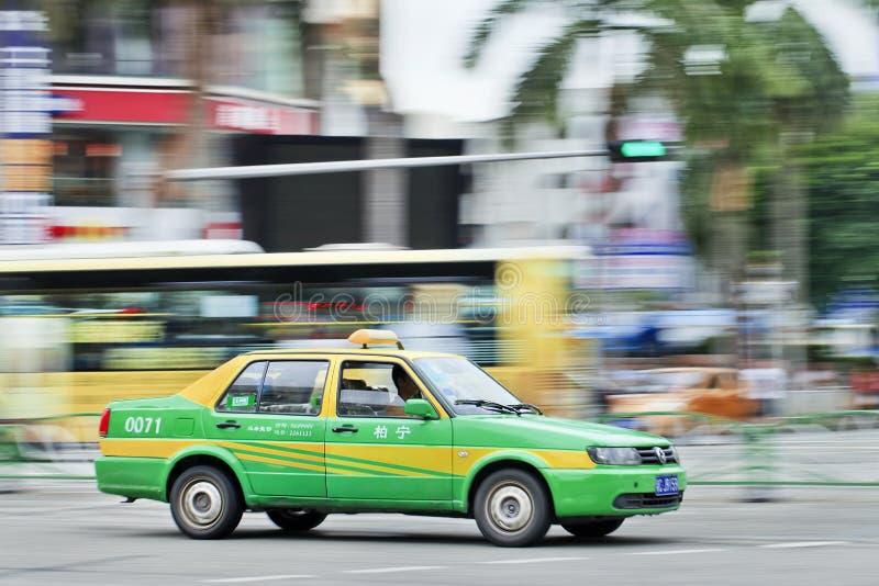 Ездите на такси спеша thtough центр города Zhuhai, Китая стоковые фотографии rf