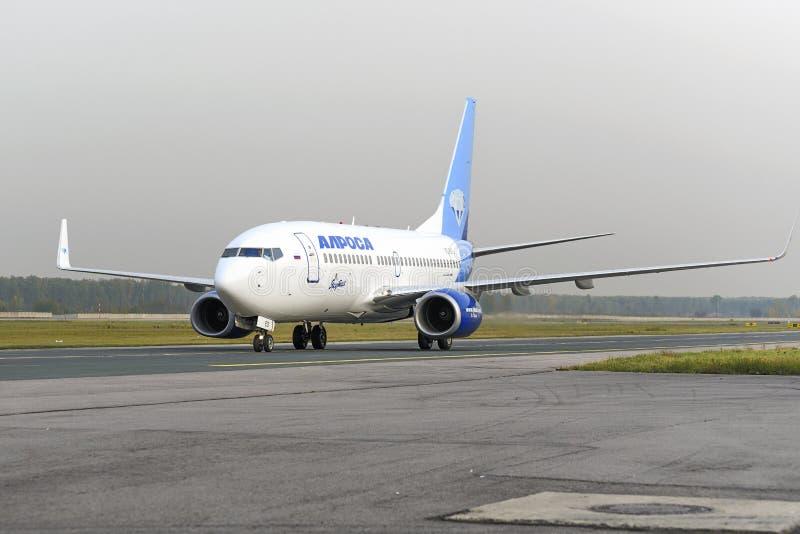 Ездить на такси авиакомпаний Boeing-737 Alrosa стоковое изображение