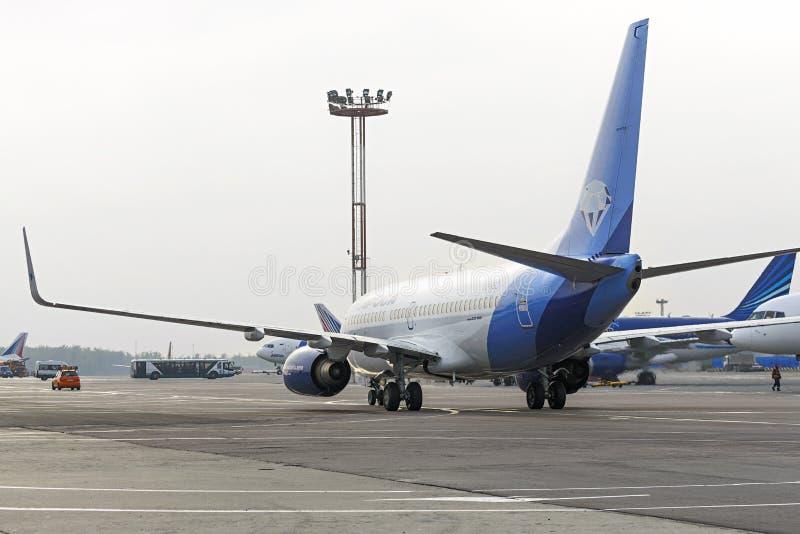 Ездить на такси авиакомпаний Boeing-737 Alrosa стоковое изображение rf