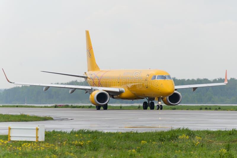 Ездить на такси авиакомпаний Embraer 195LR Саратова стоковые изображения rf