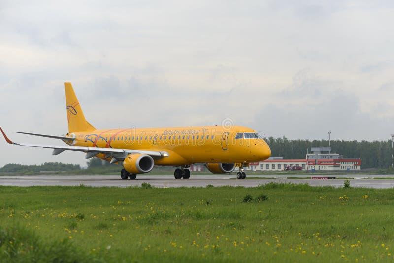 Ездить на такси авиакомпаний Embraer 195LR Саратова стоковая фотография