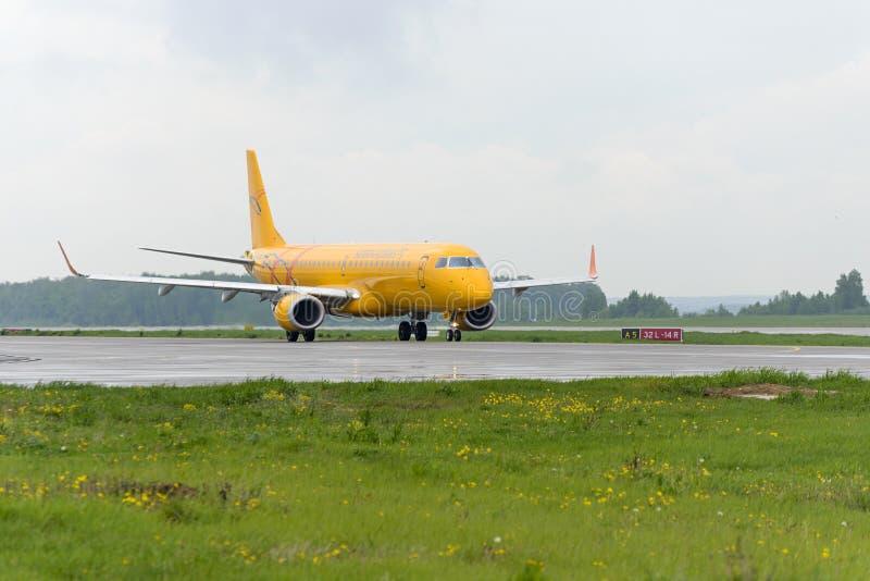 Ездить на такси авиакомпаний Embraer 195LR Саратова стоковые изображения