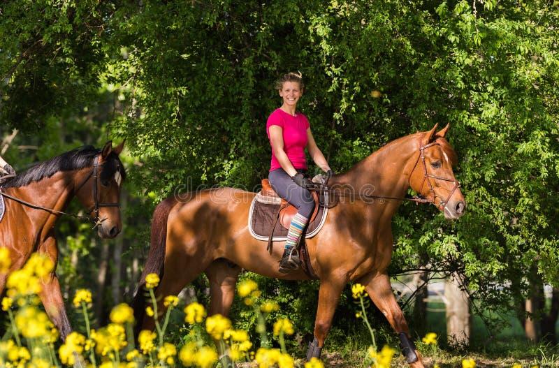 езды лошади девушки стоковые фото