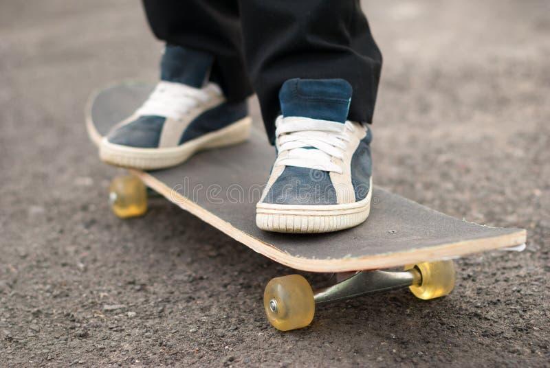 Езды скейтбордиста на доске стоковые изображения rf