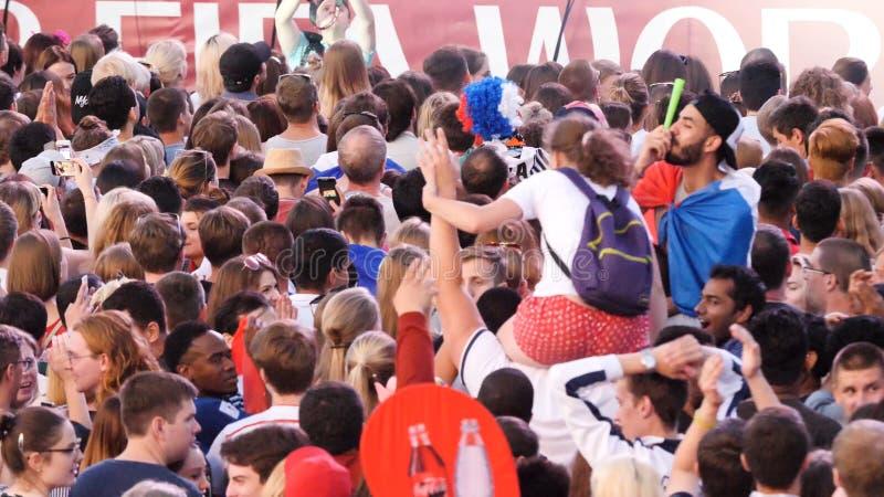 Екатеринбург, Россия - июнь 2018: Кубок мира ФИФА 2018 много вентиляторов различных национальных футбольных команд стоит и стоковые фотографии rf
