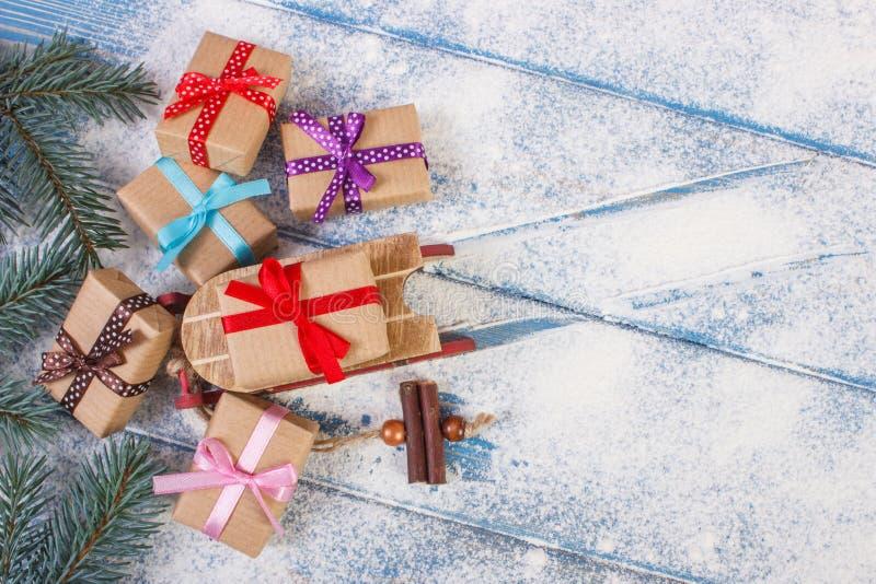 Елевые ветви и деревянный скелетон с подарками для рождества, космоса экземпляра для текста стоковые изображения