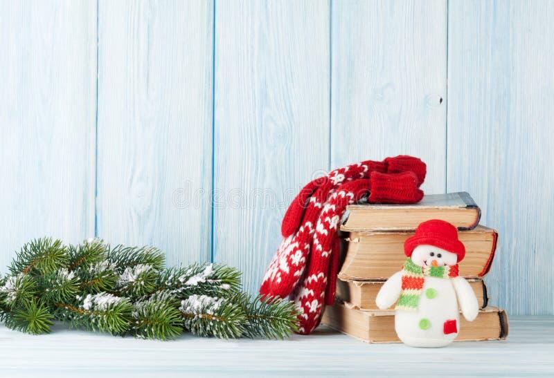 Ель, книги и снеговик рождества стоковое фото