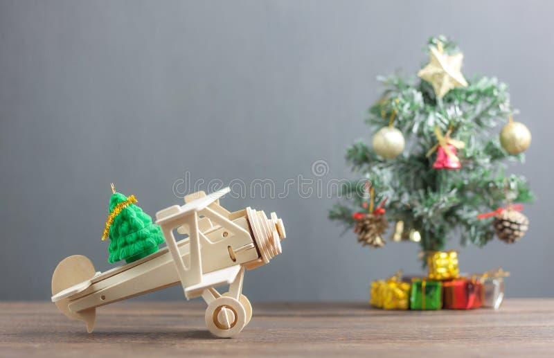Ель переноса самолета игрушки деревянная с рождественской елкой нерезкости & много красивый подарочной коробки аксессуар украшени стоковая фотография