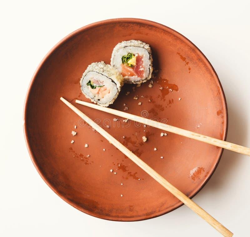 Ел суши на ресторане, японская кухня, стоковые фотографии rf