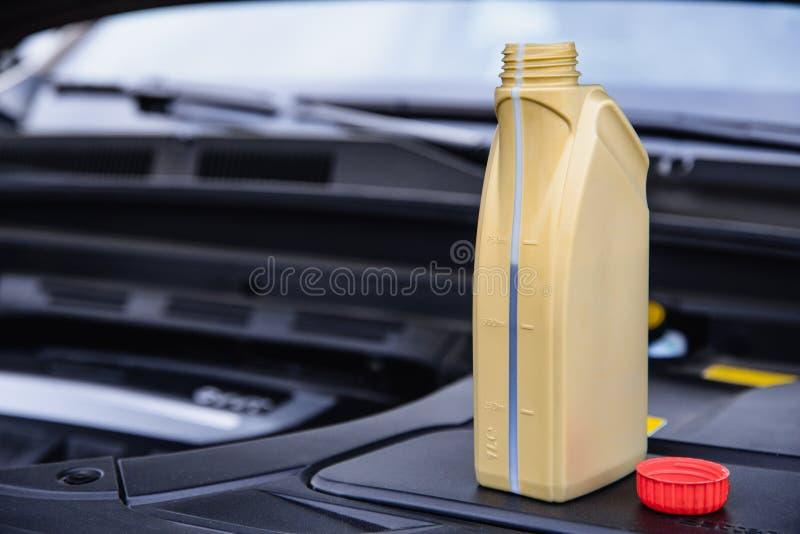 Емкость с двигателем, расположенным рядом с двигателем автомобиля стоковое изображение
