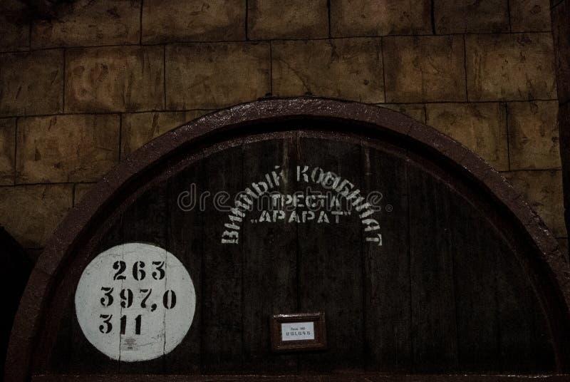 ЕРЕВАН, АРМЕНИЯ - 30-ОЕ ДЕКАБРЯ 2016: Деревянный бочонок постаретого вина на погребе фабрики Noy рябиновки стоковые фото