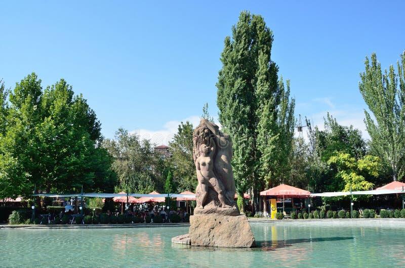Ереван, Армения, 6-ое сентября 2014 Армянская сцена: скульптура в середине пруда в Central Park Erevan стоковое изображение rf
